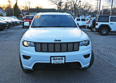 Front Exterior of White 2017 Grand Cherokee Altitude